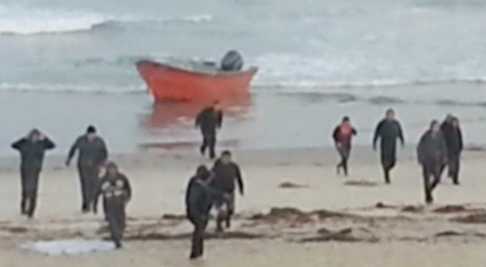 Illegals storm beach in San Diego (Photo Credit: CNS News)
