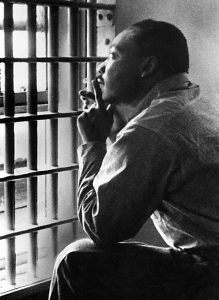 MARTIN LUTHER KING, JR, sitting in the Jefferson County Jail, in Birmingham, Alabama, 11/3/67. Everett/CSU Archives. Keine Weitergabe an Drittverwerter. [ Rechtehinweis: usage Germany only, Verwendung nur in Deutschland, Keine Weitergabe an Drittverwerter., Please check additional restrictions!, N ]